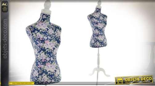 Buste-mannequin sur piètement bois laqué blanc, avec buste habillé de tissu vintage à motifs de fleurs, coloris bleu nuit, blanc et rose clair.