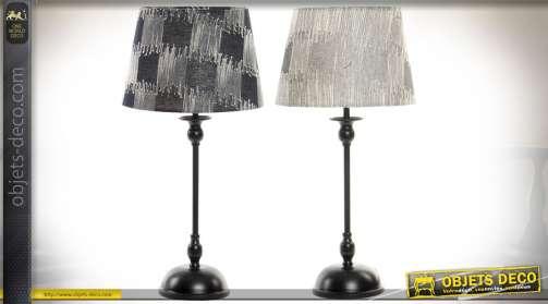 Set de deux lampes à poser, pieds en métal laqué noir et abat-jour en tissu à motifs abstrait aspect texturé en nuances de gris.