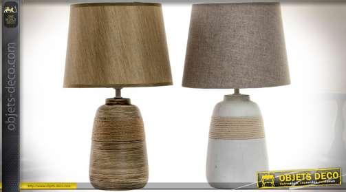 Ensemble composé de deux lampes de salon avec pieds en céramique et cordages, abat-jour en tissu. Sépia rendu satiné et gris effet tweed.