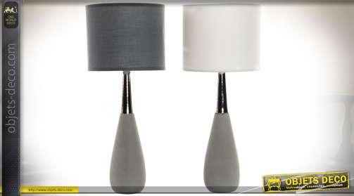 Ensemble de deux lampes de salon design avec pieds en forme de quilles en céramique et métal chromé et abat-jour cylindriques, noir pour l'un et blanc