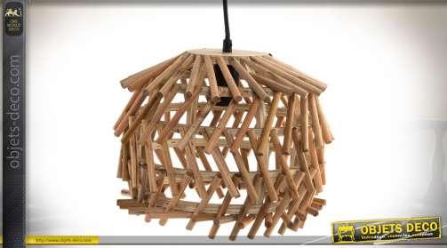 Suspension esprit scandinave et exotique en bûchettes de bois cylindriques finition naturelle sur structure en cerclage également en bois naturel. Ecl