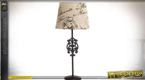 Lampes à poser avec pied en métal façon fer forgé ancien et abat-jour conique tissu coloris lin écru et effets d'écritures calligraphiées