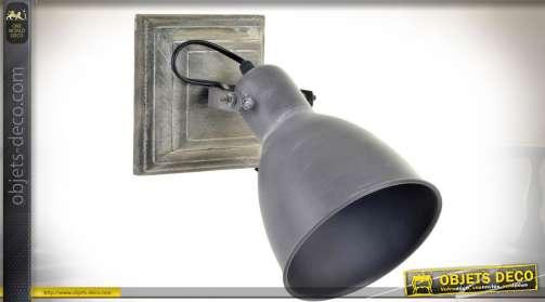 Applique murale en métal, avec socle carré de fixation murale et réflecteur orientable en métal vieilli aspect vintage. Utilise une ampoule de type E1