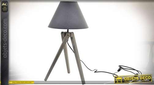 Lampe de style rétro et indus avec pied en bois finition vieillie, livrée avec abat-jour conique en tissu gris souris. Eclairage : 1 x E27.
