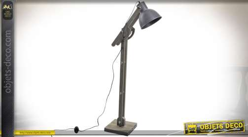 Lampadaire rétro de style industriel avec pied orientable en bois vieilli et réflecteur gris anthracite. Eclairage : 1 x E27.