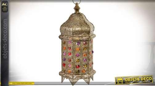 Grande lanterne lampe de table, de style oriental en métal finement façonné et ajouré, façon moucharabieh, avec cabochons multicolores. Eclairage : x