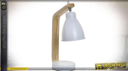 Lampe design scandinave en bois naturel et métal laqué blanc mat.