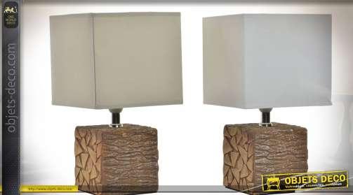Ensemble de deux lampes sur pied en résine façon cubes de bois brut, pied chromé et abat-jour en formes de gros cubes de tissu, blanc et beige.
