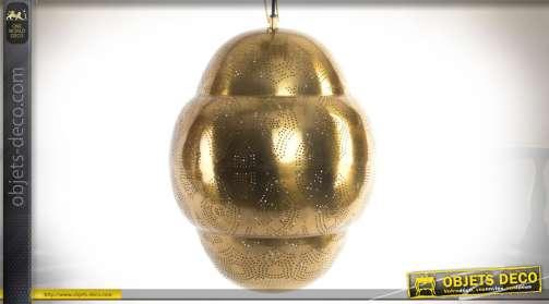 Suspension en métal doré avec motifs réalisés en frises perforées, de style oriental. 1 x E27.