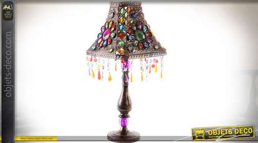 Lampe esprit Bollywood avec cabonchons facettés multicolores et pampilles. En métal ajouré finement façonné finition cuivre vieilli. Eclairage : 1 x E
