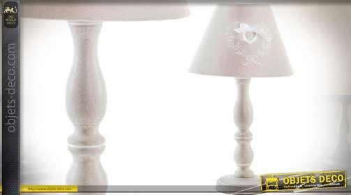 Lampe de chevet avec pied en bois tourné patiné blanc et abat-jour conique en tissu coloris blanc de lin.