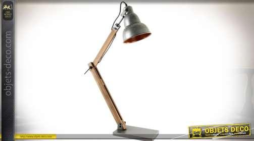 Lampe de bureau ou d'atelier en bois et métal, sur bras pivotant et extensible, bois naturel et métal argenté vielli. 1 x E14.