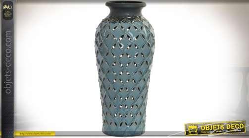 Vase en forme de jarre à motifs ajourés finition brillante coloris bleu horizon Ø 18,5 cm.