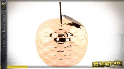 Décoration design en forme de pomme au rendu en métal brillant et cuivré.