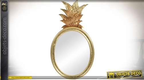 Miroir décoratif en métal de forme ovale finition dorée à silhouette en forme d'ananas.
