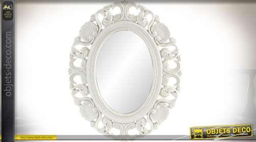 Grand miroir ovale de style romantique patine blanche vieillie, sculptures en volutes