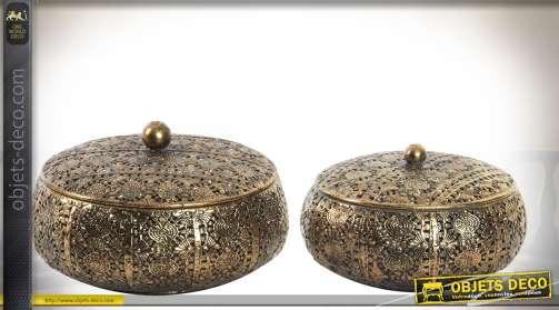 Ensemble de deux boîtes décoratives rondes avec couvercles, en métal à motifs finement façonnés et ajourés, finition dorée brillante, avec couvercles.