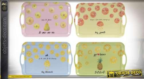 Ensemble de service avec 4 plateaux à poignées en ajours, coloris rose, jaune, bleu et vert avec illustrations sur le thème des fruits.