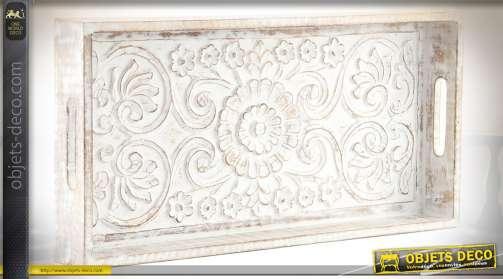 Grand plateau décoratif et de service, en bois vieilli patine blanche avec fond de plateau sculpté en relief à motifs de fleurs stylisées en relief.