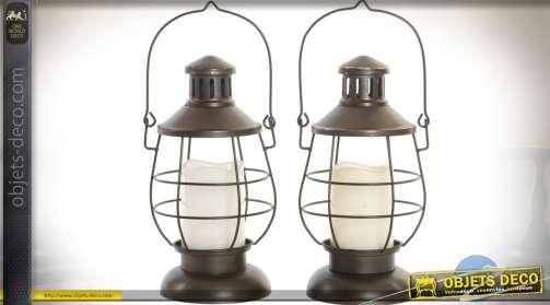 Lampes de table en forme de lanternes anciennes, de type lampe tempête, avec éclairage par bougies LED incluses.