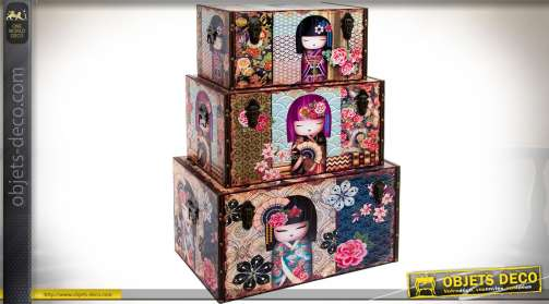 Ensemble de trois coffres en bois, avec cornières en similicuir marron riveté, orné de poupées japonaises stylisées.