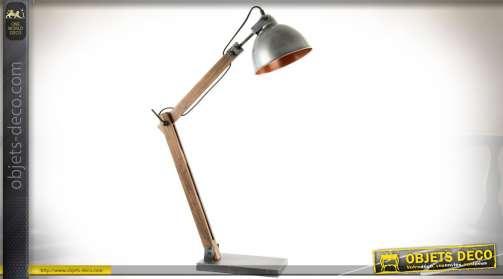 Grande lampe avec pied articulé en bois naturel et réflecteur en métal vieilli imitation zinc ancien. Intérieur doré popur diffusion de lumière chaude