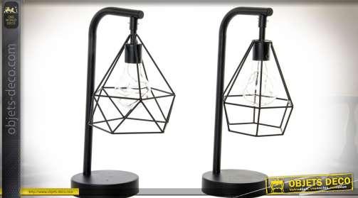 Ensemble de deux lampes assorties de style design et industriel en métal avec réflecteurs en wireframe à effets géométriques.
