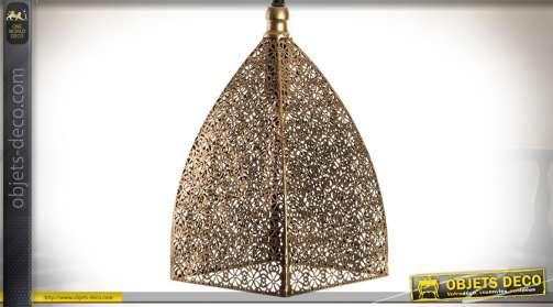 Suspension en métal finement ajouré et façonné, façon moucharabieh, finition aspect cuivré et vieilli à silhouette pyramidale aux angles galbés.