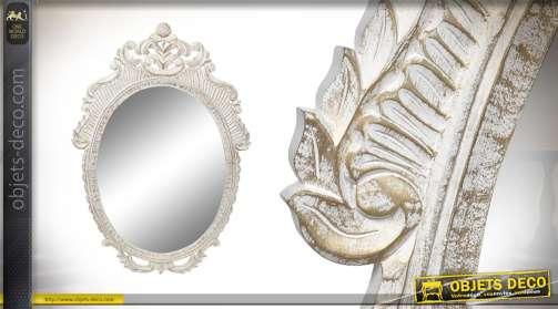Grand miroir de style baroque en bois sculpté, finition blanc antique reflets dorés