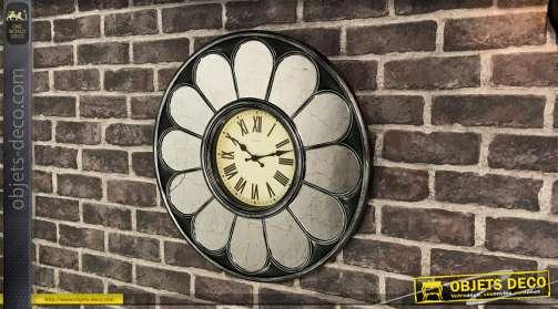 Horloge vintage avec cadre en forme de grands pétales de fleurs en miroirs
