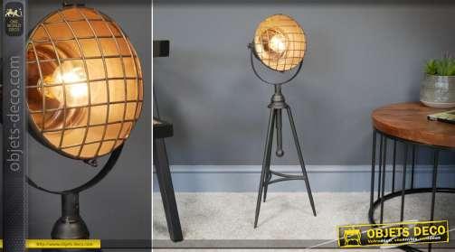 Petit lampadaire sur trépied de style industriel. Fonctionne avec ampoule LED fournie. Nécessite 2 piles format AA.