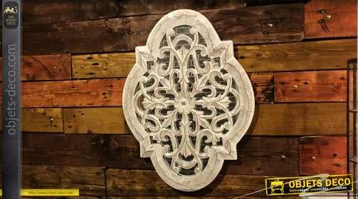 Miroir de décoration murale en bois, effet sculpté et finition naturelle blanchie, forme d'inspiration orientale, 60cm