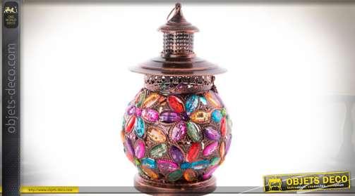 Lampe de table de style oriental en métal cuivré ajouré, en forme de lanterne ornementé de perles et cabochons multicolores formant des motifs floraux