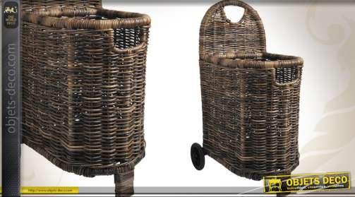 Panier à bûches sur roues en osier, de style rustique.