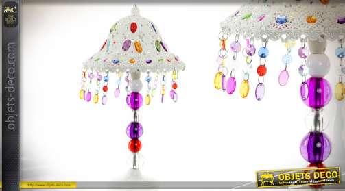 Lampe en métal, coloris blanc, avec ornementations de perles, pampilles et cabochons multicolores et translucides, dans l'esprit déco indienne Bollywo