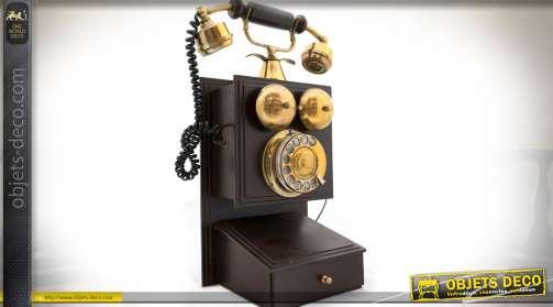 Réédition en bois laqué brun et laiton doré d'un téléphone mural de style vintage à cadran rotatif