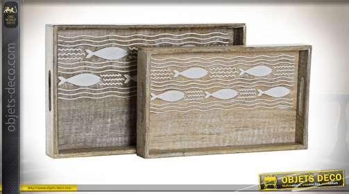 Série de deux plateaux en bois de manguier sculpté avec motifs de poissons, finition blanchie vieillie, anses de transport, 43cm