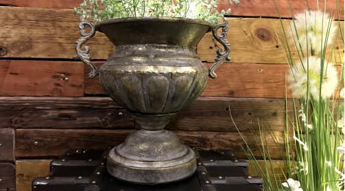 Vase en métal de style ancien, inspirations Médicis, finition doré ancien avec traces d'usures, grandes anses latérales, Ø32cm