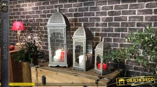 Set de trois lanternes en métal, formes et style orientaux, finition blanche, motifs ajouré moucharabieh