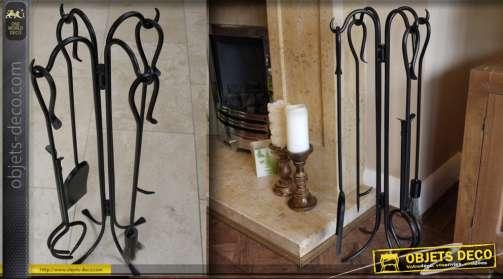 Serviteur de cheminée en fer forgé couleur noire avec 4 accessoires : pelle, tisonnier, pince, balayette.