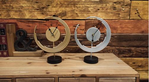 Série de deux horloges à poser finition argentée et dorée de style moderne, 25cm