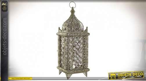 Lanterne en métal avec pendeloques décoratifs, ambiance orientale chic, modèle avec ampoule