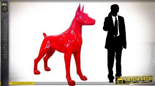 Sculpture géante en verre stratifiée représentant un doberman stylisé coloris rouge vif brillant