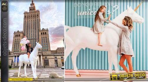 Grande licorne blanche en forme de sculpture animalière géante