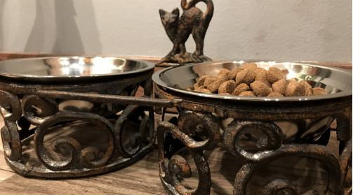 Gamelle pour chat en fer effet fer forgé, volutes élégantes, 2 bols inox