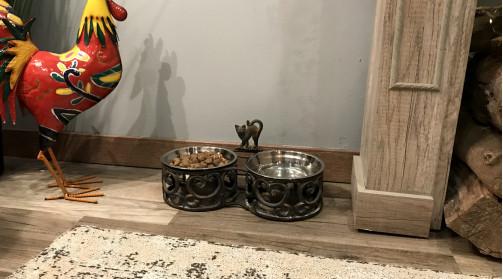 Gamelle pour chat en métal finition brun avec reflets argentés, 2 bols inox