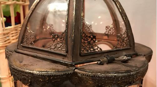 Lanterne à suspendre ou à poser en métal et verre, finition doré ancien, forme de fleurs à 6 pétales