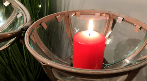 Lanterne sur pieds en métal et verre, finition effet ancienne, forme de boule posée sur socle