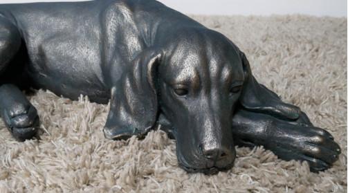 Sculpture d'un chien en résine à poser au sol, décoration campagne, finition sombre et reflets brillants
