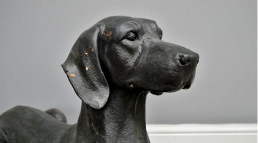 Sculpture animalière de chien en polyrésine finition noir ancien, 48cm de haut